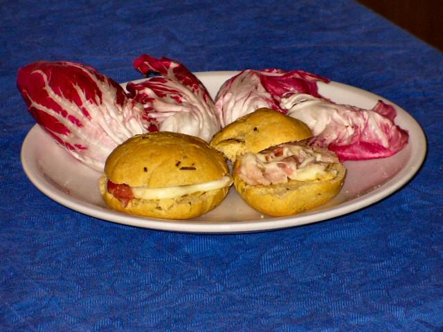 Petits pains chauds au fromage et au romarin